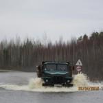 Затопленный участок автодороги Гари - Сосьва - Серов преодолевают только большегрузы. Фото: www.vgari.ru