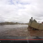 Момент крушения ЗИЛа с рыбаками. Принт-скрин видео, предоставленного Виталием Поповым.