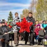 К памятнику павшим в войне возложили цветы.