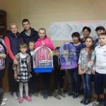 Марина Рябова и Виктория Елсукова подарили волнистых попугайчиков с клетками семьям Лушниковых и Жигаловых