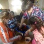 На уроках добра в игровой форме дети учились рассуждать о добрых поступках, помогая друг другу.