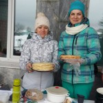 Сотрудники ЛИУ-23 Марина Миногина и Светлана Плотникова предлагали сосьвинцам на ярмарке вкусные и горячие блины