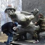 4 мая сотрудники сосьвинской колонии отремонтировали два памятника Героям войны. Все фото предоставлены пресс-службой ГУФСИН России по Свердловской области.