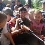 Охранники колонии позволили юным сосьвинцам сфотографироваться с оружием. Фото: пресс-служба ГУФСИН России по Свердловской области.